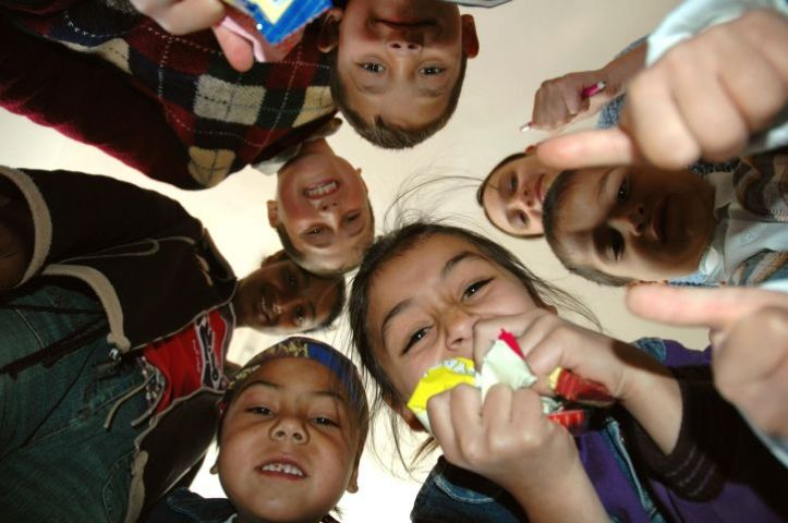 these-roma-students-burst-into-giggles-when-the-photographer-lay-down-on-the-floor-725x482